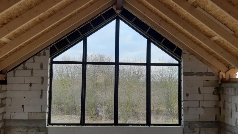 Aluminiowe okna w nowoczesnym domu jednorodzinnym