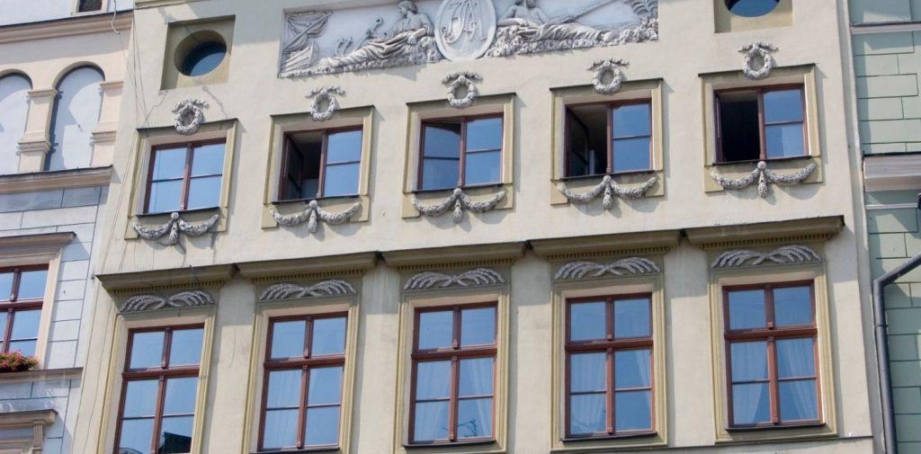 okna aluminiowe w zabytkowym budynku